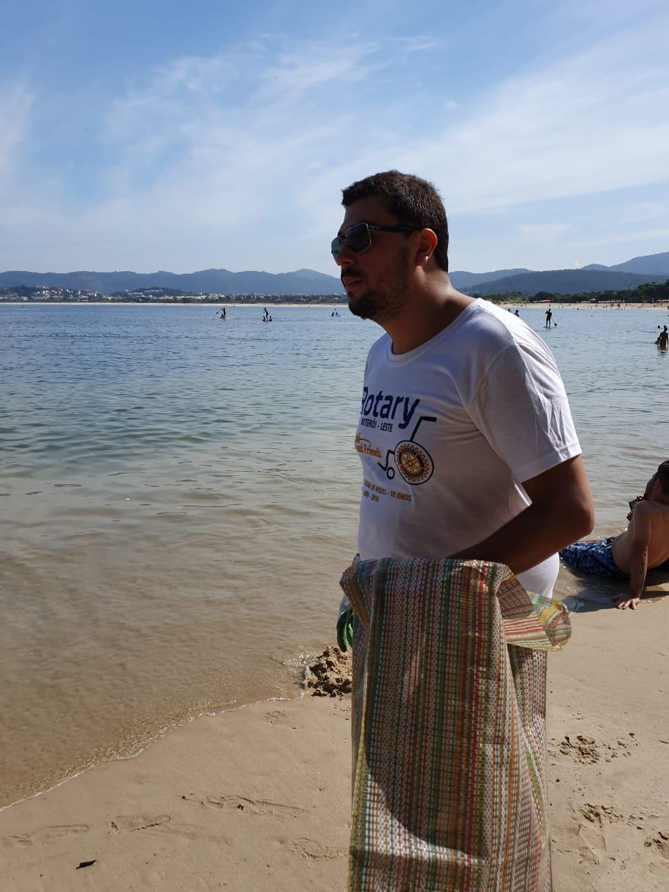 Bruno Lessa observa a beleza da Praia de Itaipu, em Niterói