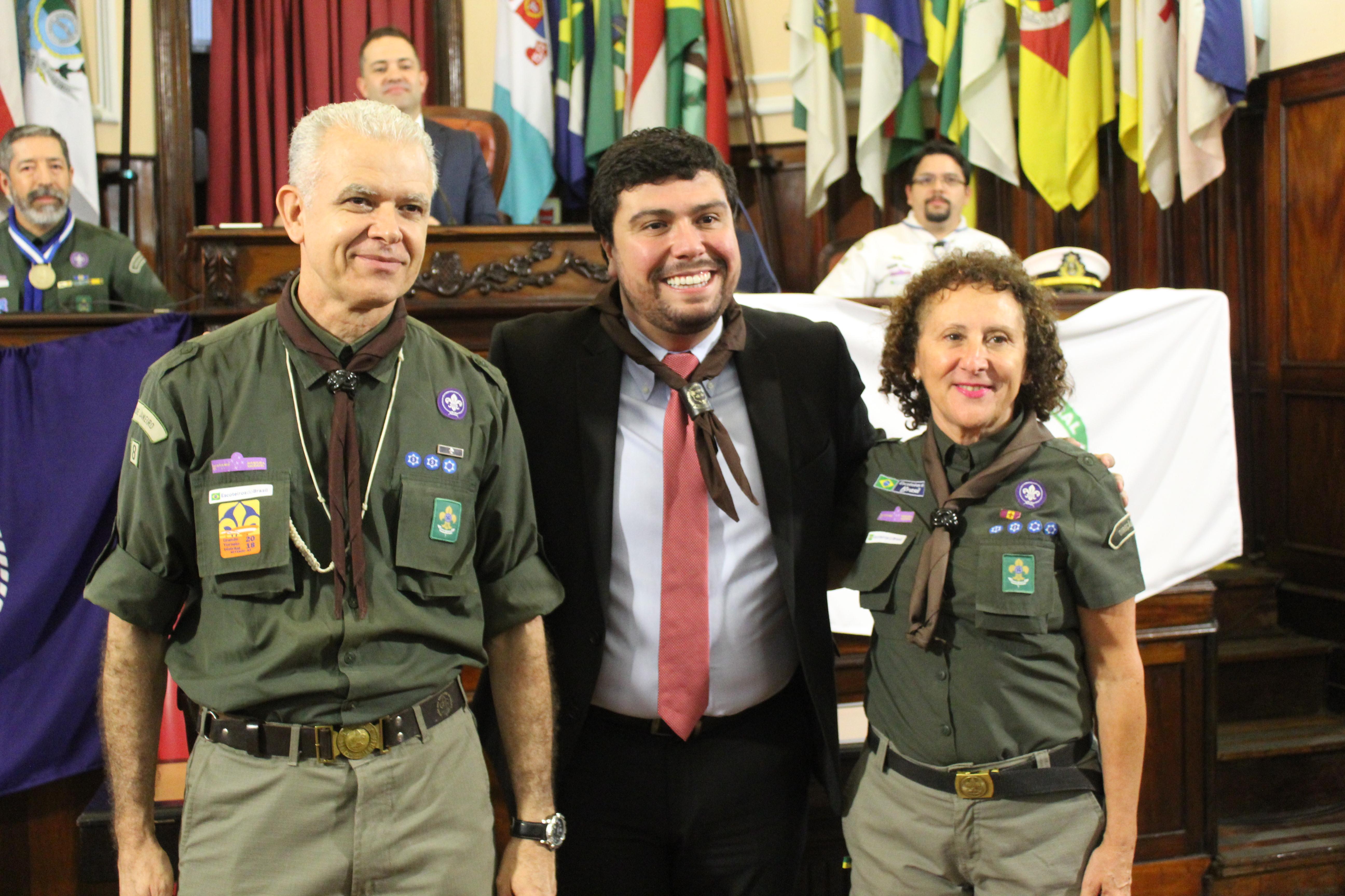 Vereador Bruno Lessa recebe o lenço do escoteiro, importante símbolo do vestuário do movimento