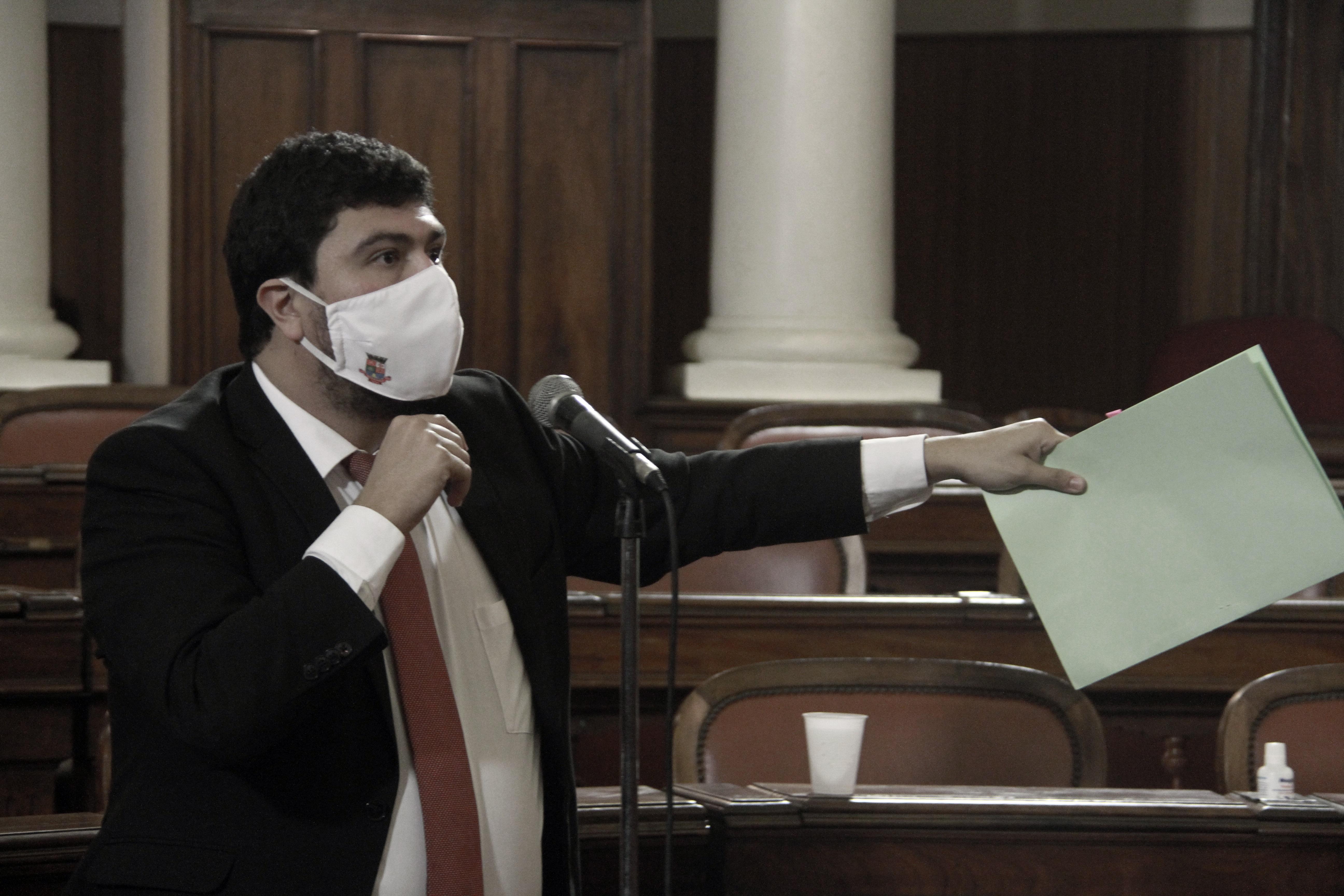 Vereador Bruno Lessa discursa após votar contra projeto que antecipa pagamento para empresas de ônibus (Foto Sergio Gomes / CMN)